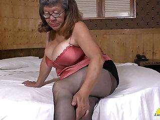 LATINCHILI Latina mature masturbating